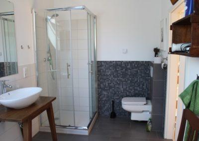 Dusche im Badezimmer oben
