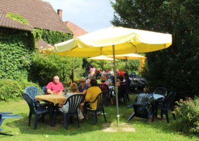 Ein Cafe au Lait im Sommergarten