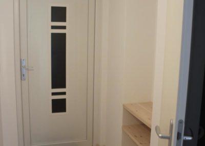 Eingangsbereich mit Dusche-WC auf der rechten Seite