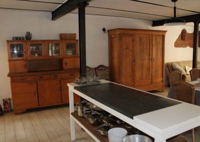 Küchenarbeitsplatte und alte Schränke