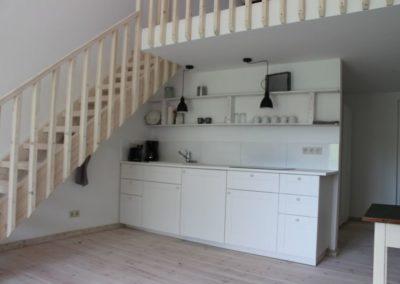 Küche mit Treppe zur Ballustrade